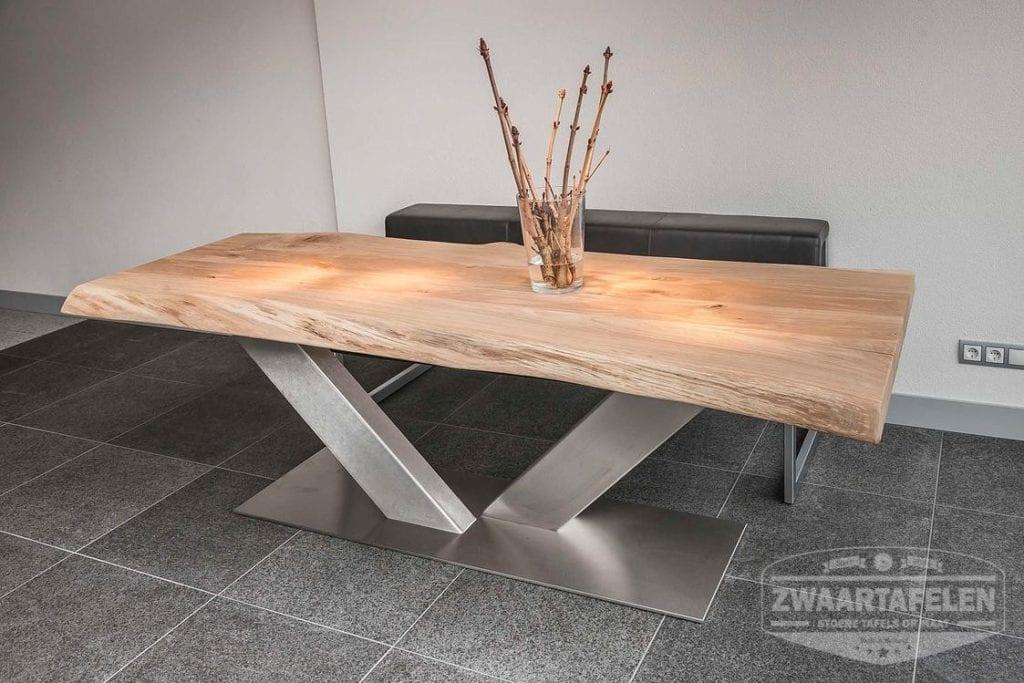 Een eiken boomstamtafel van zwaartafelen - Wat op een salontafel ...