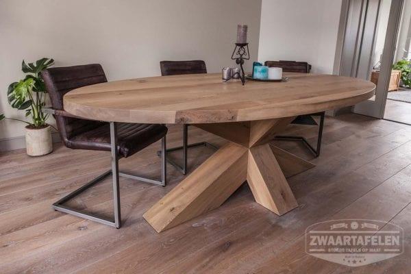 Massief eiken ovale tafel met houten kruispoot on-evenwijdig