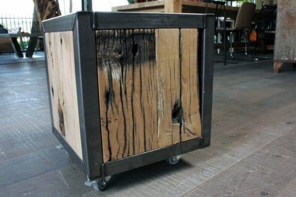 Stalen kubus met oud houten inleg