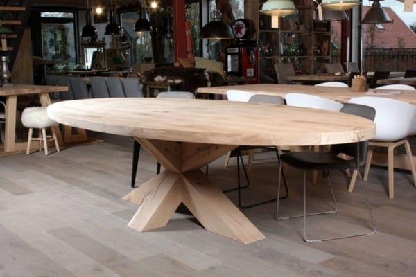Massief eiken ovale tafel met dik houten kruispoot onderstel