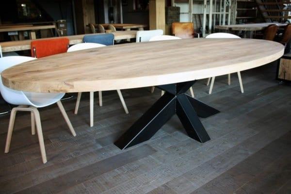 Stalen Kruis On-evenwijdig massief eiken ovale tafel