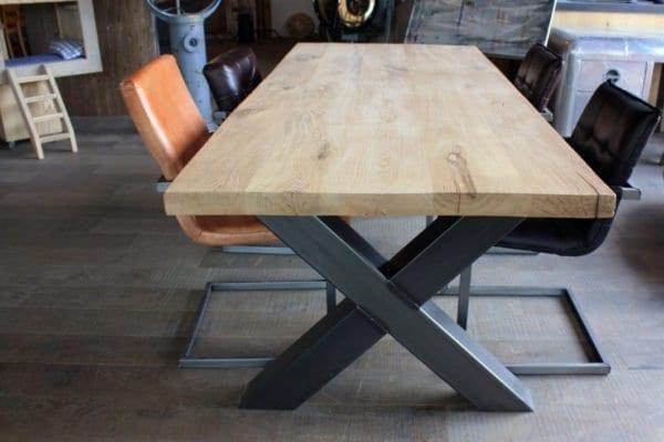 Massief eiken tafel met stalen kruispoot