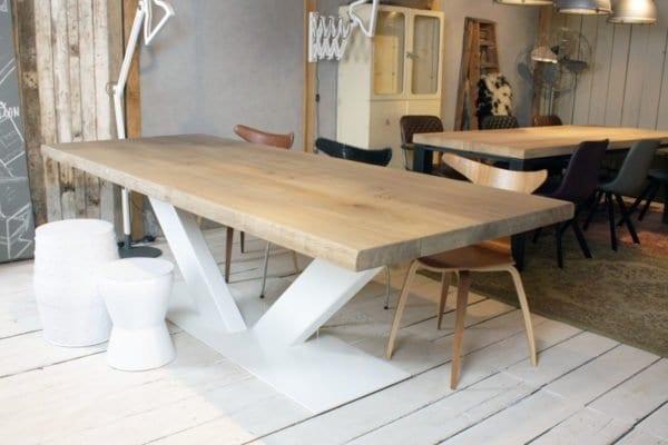 Houten tafel met metalen onderstel. houten tafel met ijzeren