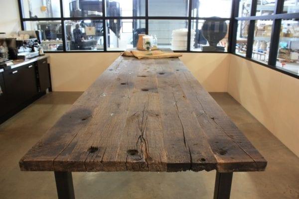 Oud eiken tafel met stalen onderstel