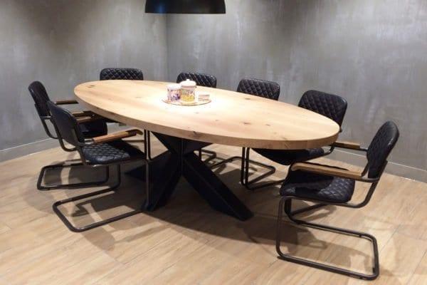 Massief eiken ovale tafel met een stalen kruispoot