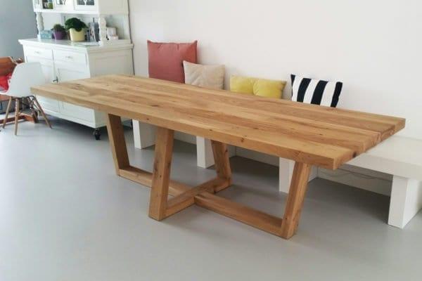 massief eiken tafel met houten voet