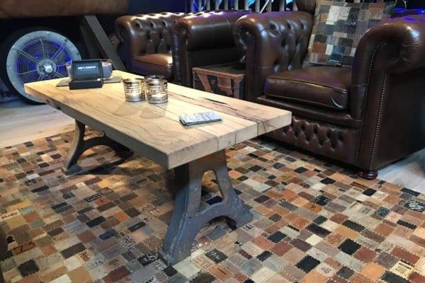 Oud eiken salontafel met gietijzeren onderstel