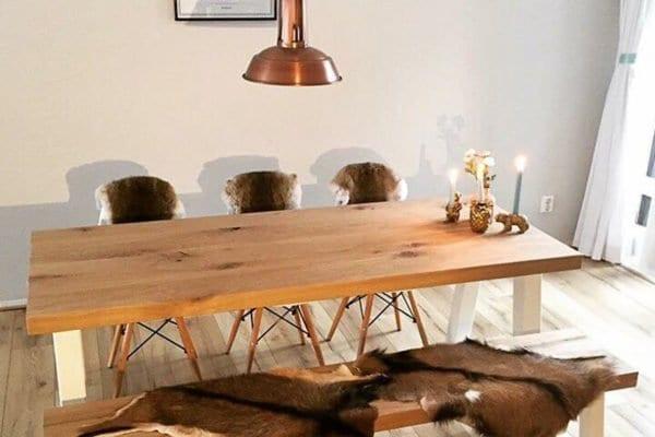 Massief eiken tafel met een wit stalen onderstel