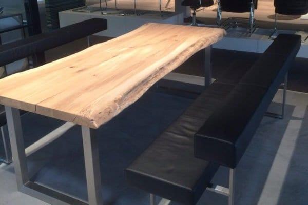 Massief eiken boomstam tafel met een RVS U onderstel