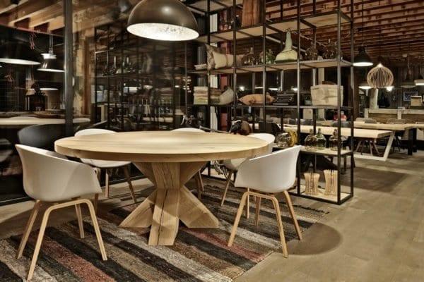 Massief eiken ronde tafel met houten kruispoot