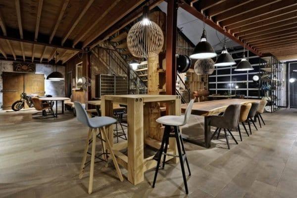 Massief eiken tafels van Zwaartafelen in de showroom van Zwaartafelen