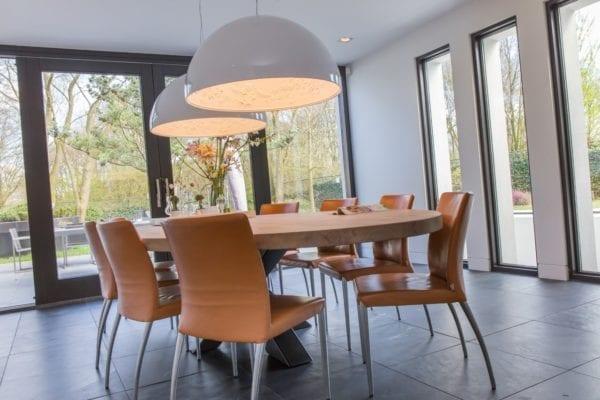 Massief eiken ovale tafel met stalen kruispoot