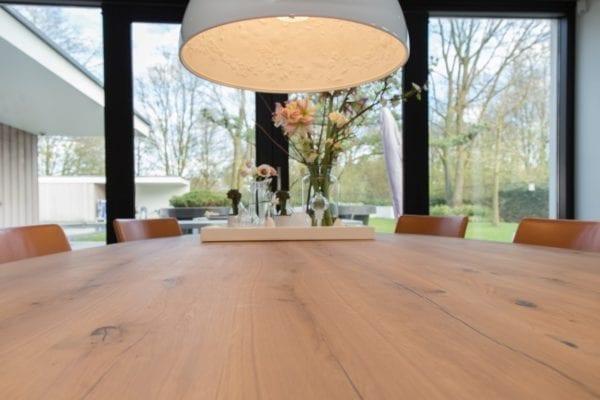 De tafel is gemaakt van massief eiken