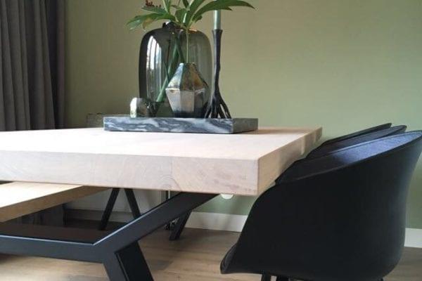 Massief eiken tafel met zwarte design onderstel