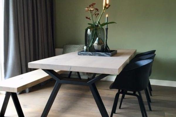Massief eiken tafel met zwart design onderstel