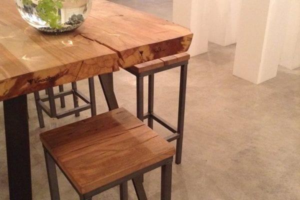 Massief eiken tafel met stalen onderestel