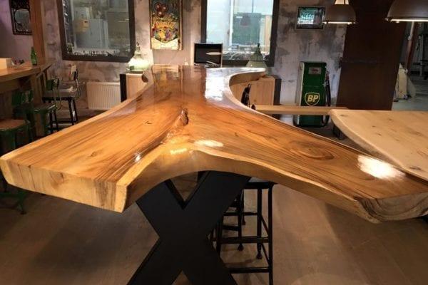 Suarhouten tafel met hoogglans