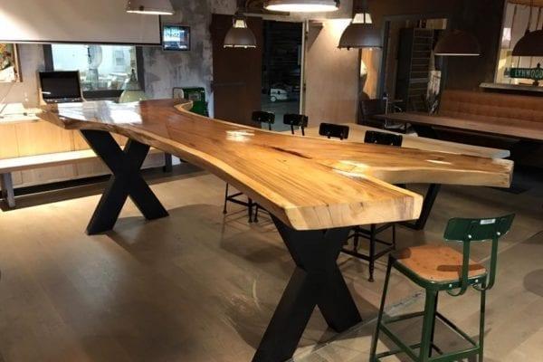 Suarhouten tafel met stalen X