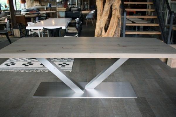 Eiken tafel met rvs onderstel