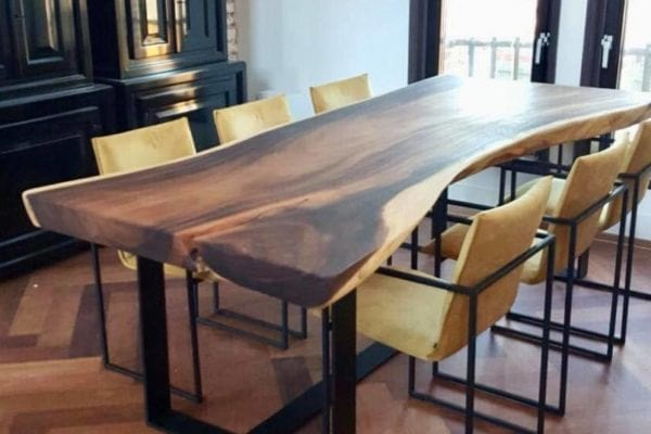 Suarhouten tafel met stalen onderstel