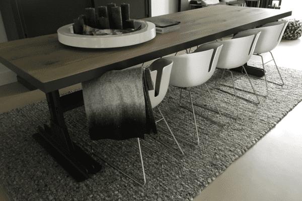 Industriële tafel met stalen onderstel
