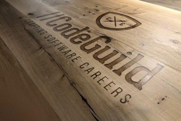 Houten tafel met logo