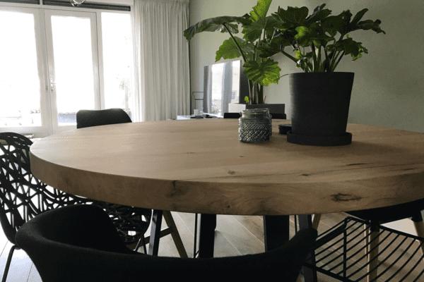 Ronde tafel met stalen onderstel