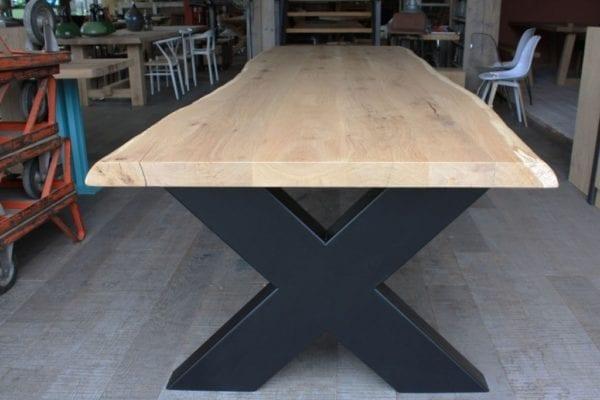 Boomstamtafel met stalen X onderstel
