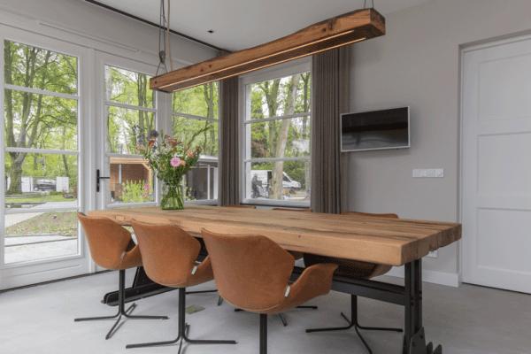 Massief oud eiken tafel met een stalen industrieel onderstel