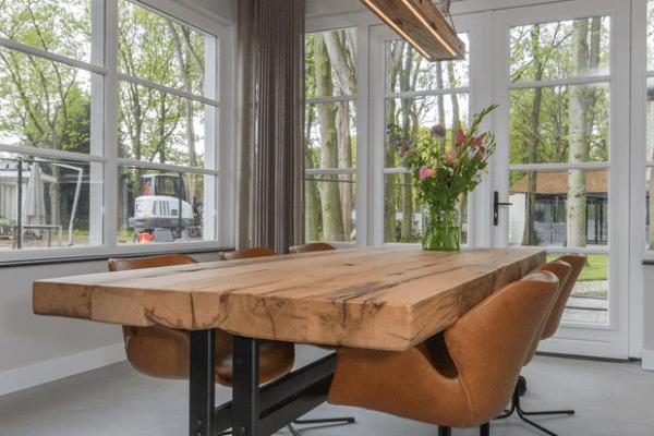 Oud eiken tafel met stalen frame