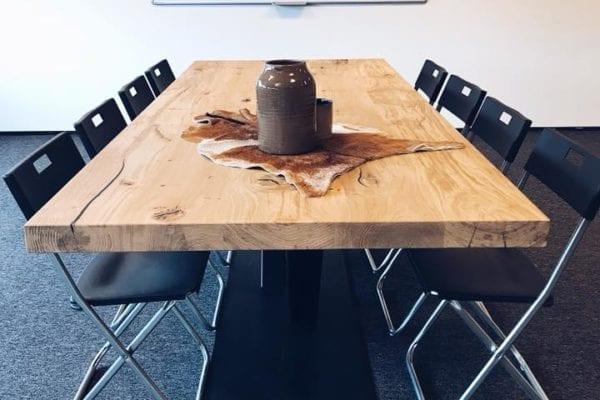 Vergadertafel met stalen V als frame