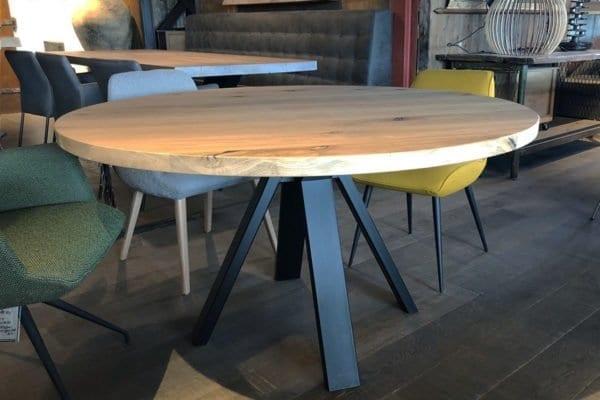 Massief eiken ronde tafel met een stalen stefan onderstel