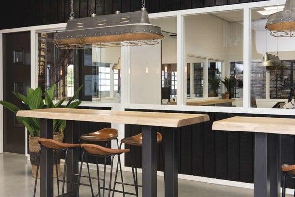 Bar met zwart frame