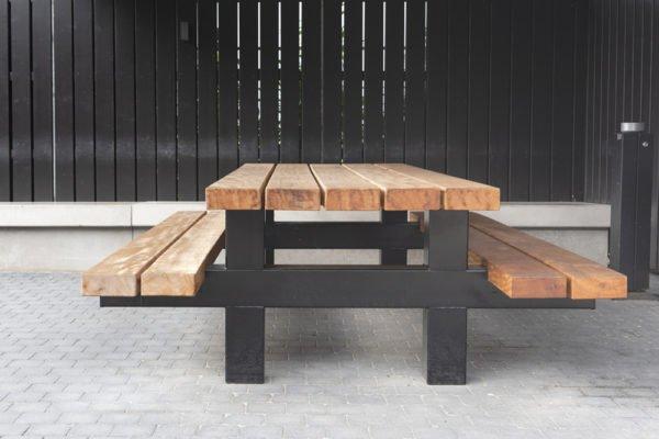Houten tuintafel met een stalen frame