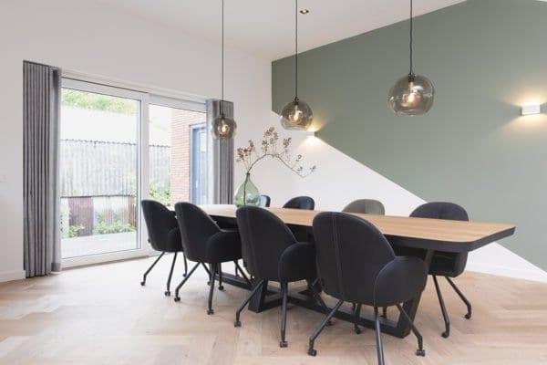 Houten tafel met zwart stalen frame